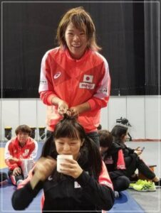 川井友香子の編み込みを川井梨紗子がやっているところ