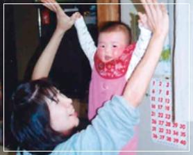 池江璃花子が母親の指につかまっているところ